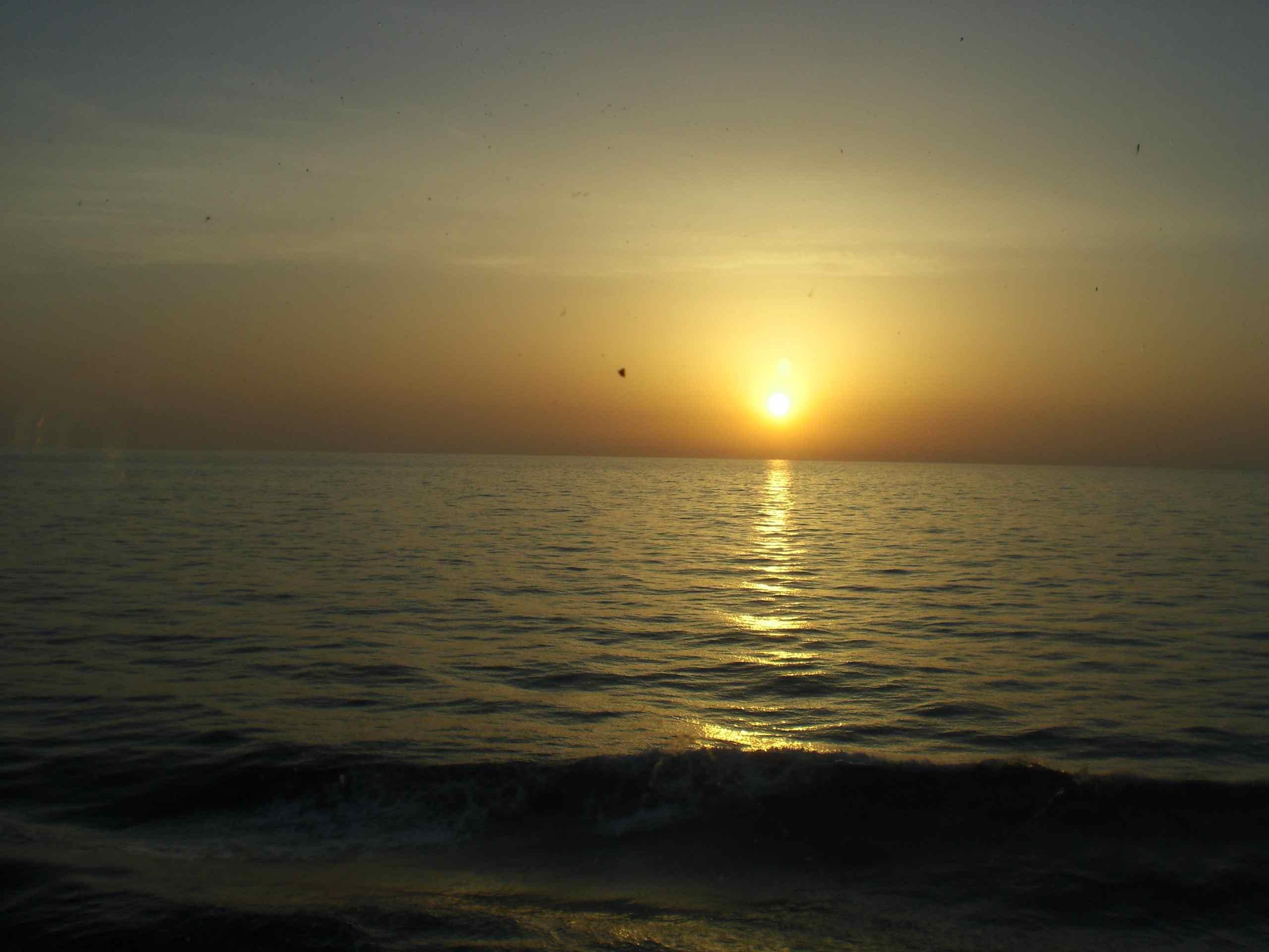 Un lev de soleil en mer toujours dans la lune for Bureau qui se leve